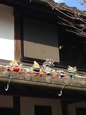 楓の瓦屋根の上